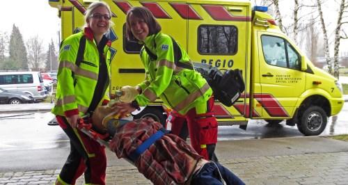 Zwei frischgebackene Rettungssanitäterinnen