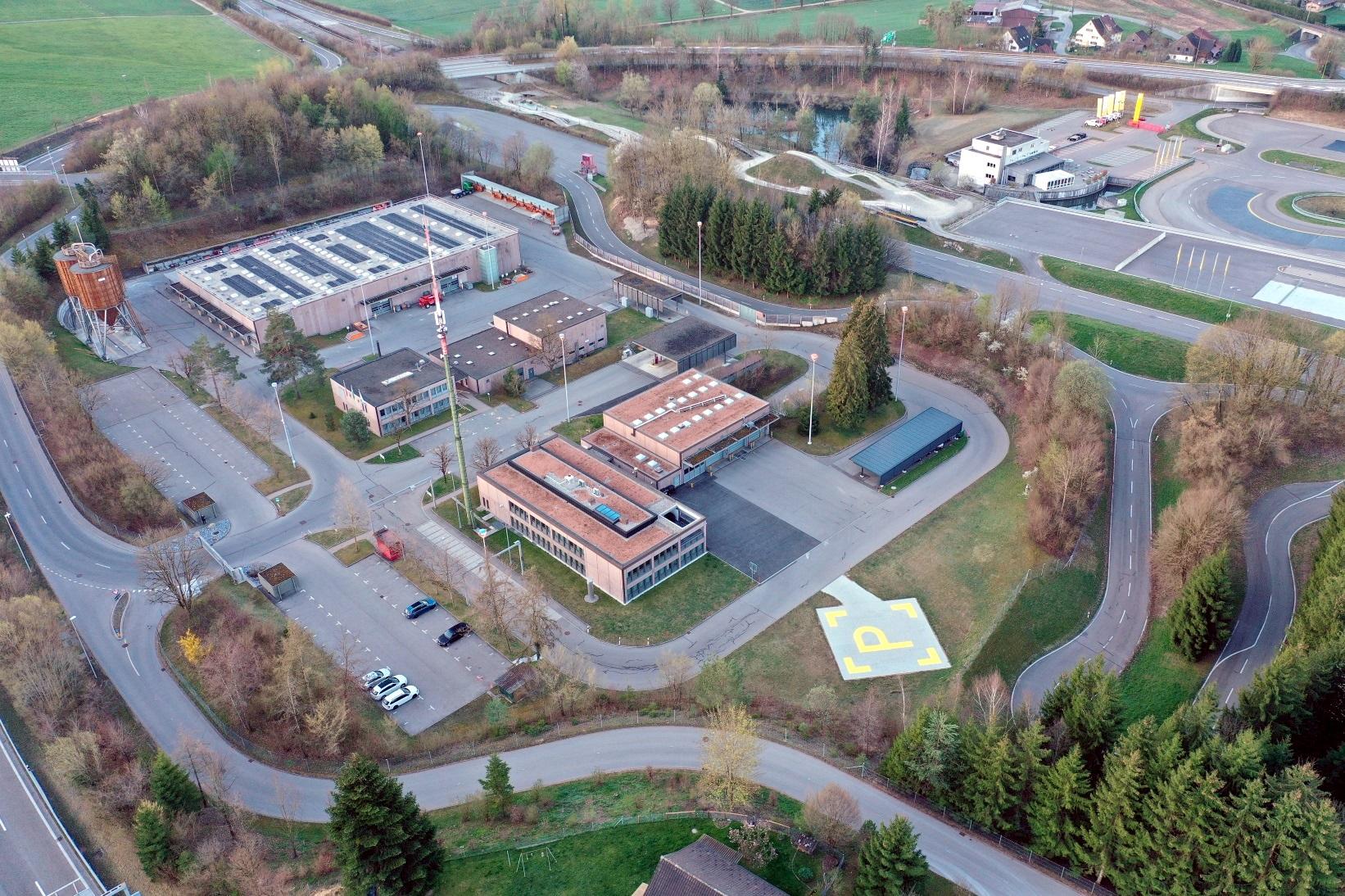 Der Verkehrsstützpunkt Betzholz – vorne die Gebäude von Tiefbauamt und Kantonspolizei, hinten die TCS-Anlage – kann am 4. September besichtigt werden. (Bild: Kantonspolizei Zürich)