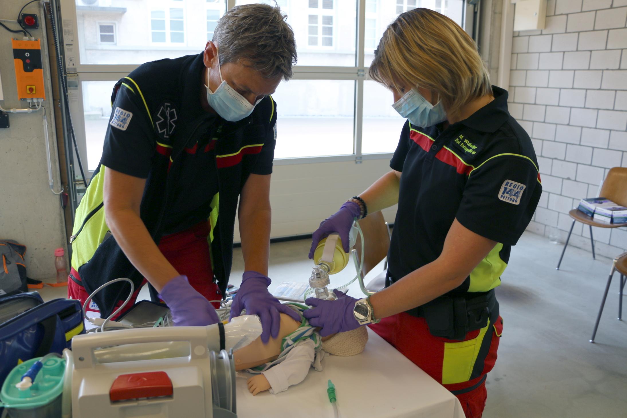 Zwei Rettungssanitäterinnen versorgen ein «Kleinkind mit Atemnot» – einer der Fälle, die im Rahmen der Workshops behandelt wurden.